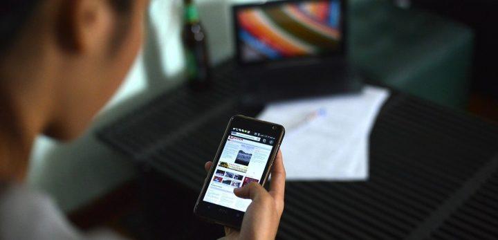 leyendo noticias en el móvil